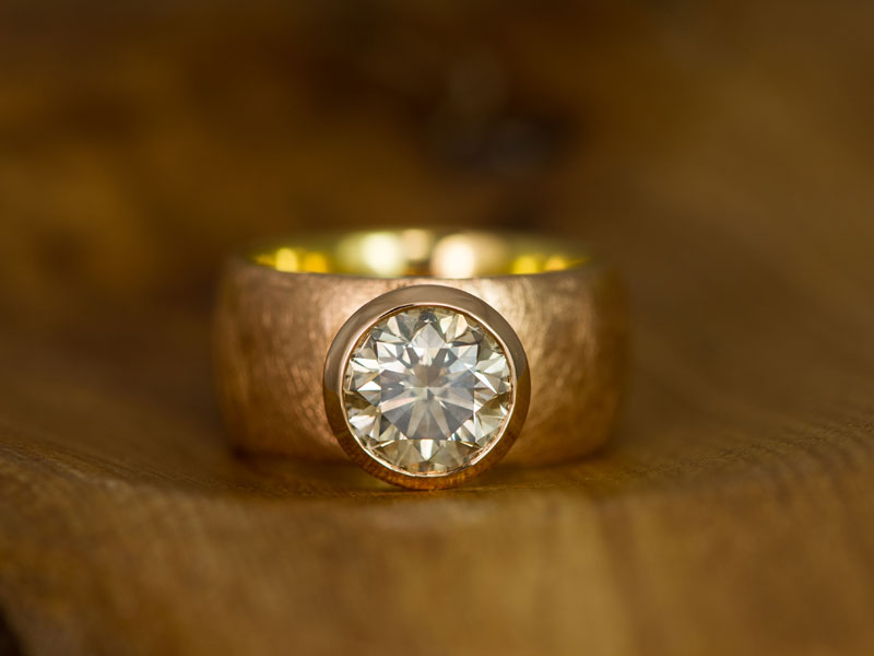 18ct red gold ring with brilliant solitaire